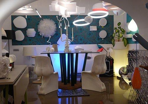 un tavolo con due sedie e dei lampadari appesi