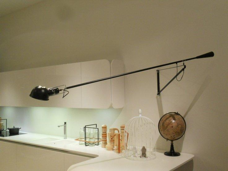un mobile da cucina con una lampada nera sopra