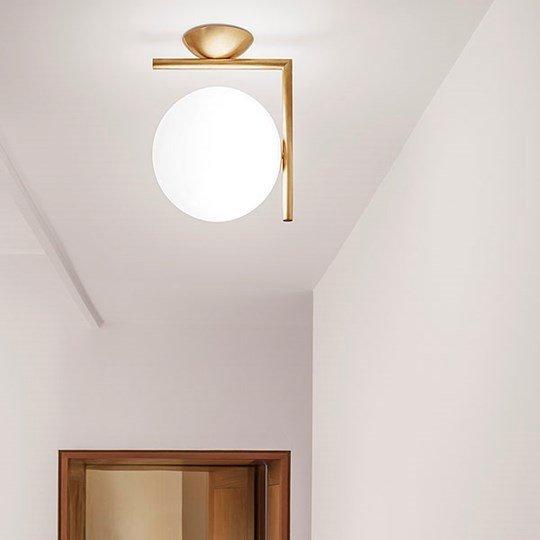 lampadario rotondo sul soffitto