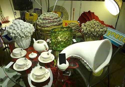 tavolo con oggetti per arredare la casa