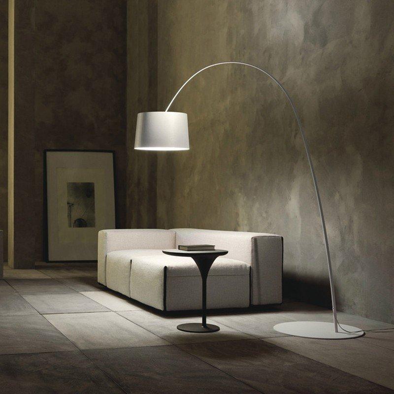 lampada da terra, un tavolino nero e un divano beige