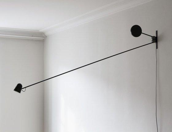 luci a muro di colore nero unite da un tubo di ferro