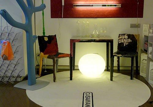 un tavolo con due sedie e una lampada da terra rotonda