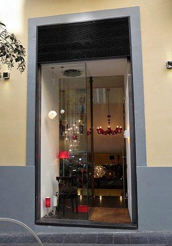 vista esterna di un negozio con dei lampadari