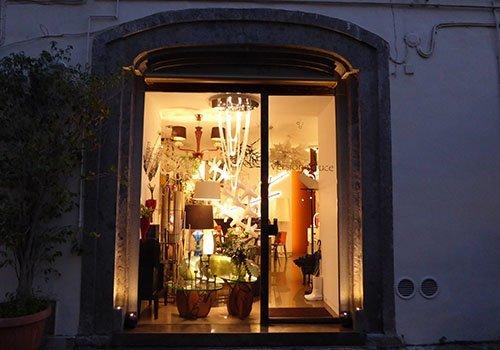 vetrina di un negozio di illuminazione