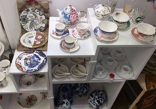 mobiletto bianco con delle tazze e dei piatti