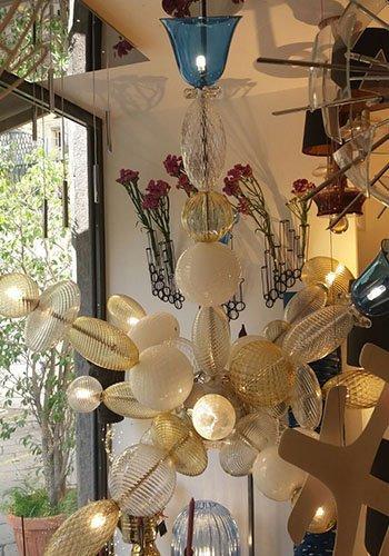 un lampadario bianco e dorato