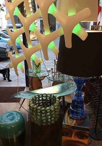 due vasi di color verde e una lampada