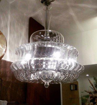 un lampadario di cristallo acceso