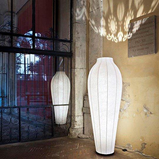 lampada nell`angolo di un muro