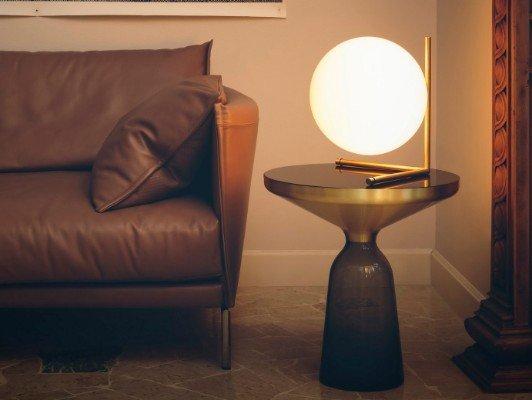 un tavolino e sopra una lampada rotonda