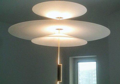 un lampadario di color bianco