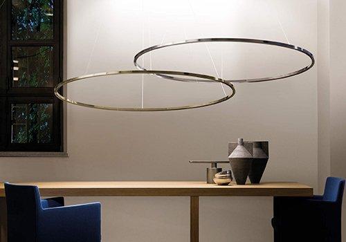 due lampadari a forma di cerchio