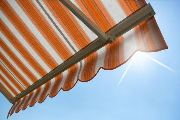 Tende da sole con strisce arancio-bianche