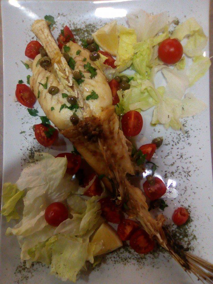 un piatto a base di granchio con pomodorini e insalata