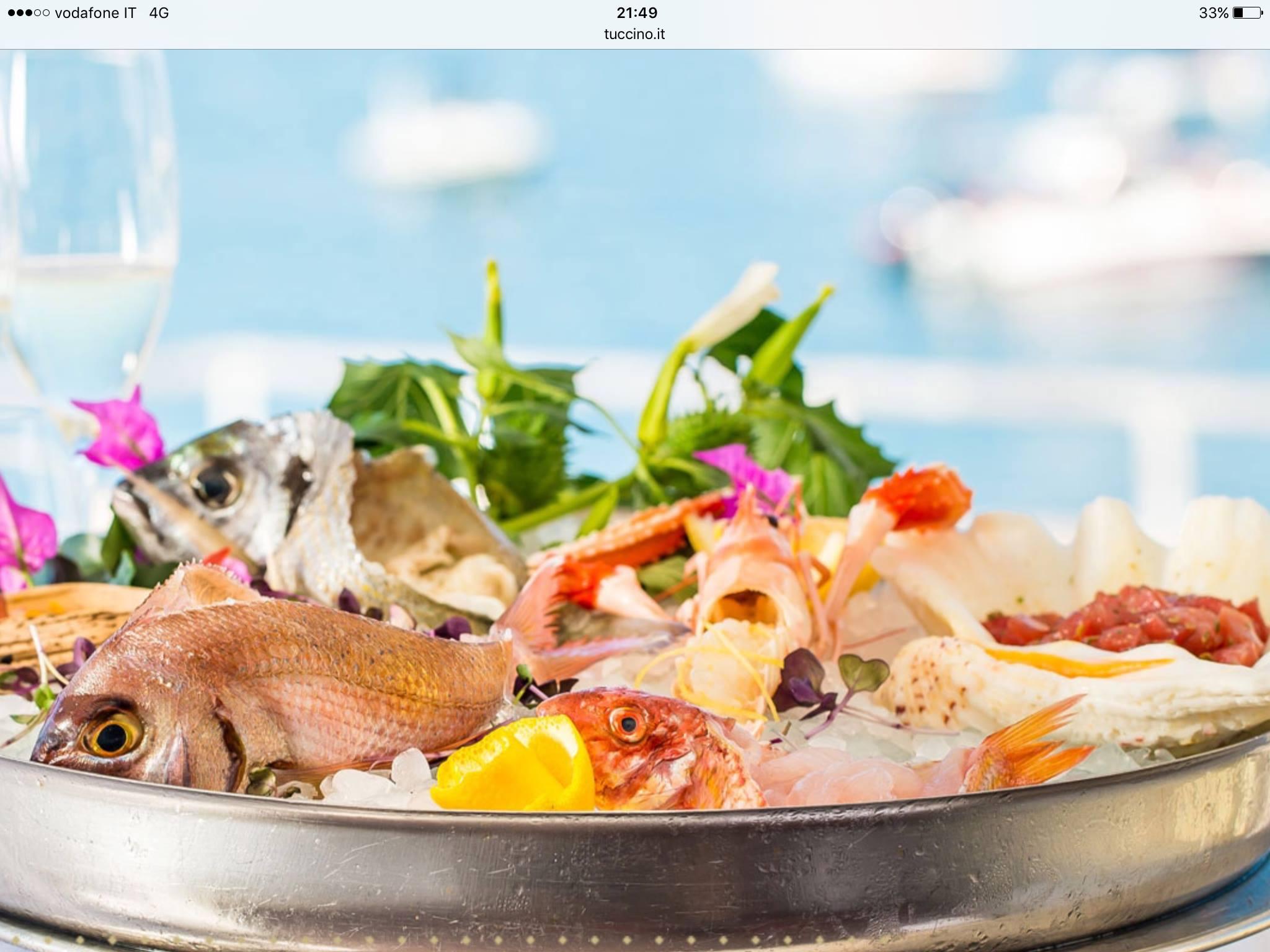 un piatto di metallo con dentro dei pesci freschi