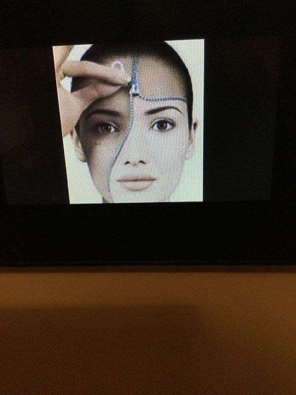 un'immagine di una donna che sta per chiudersi il viso con una cerniera