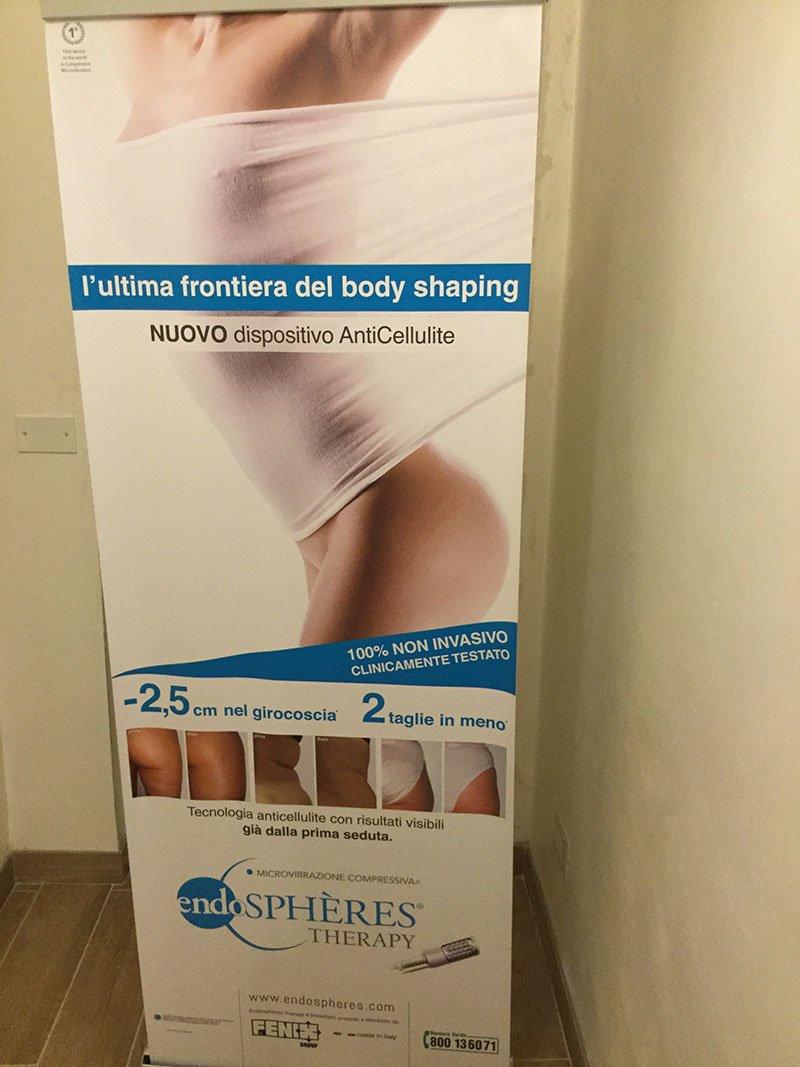 Un cartello pubblicitario con una donna e una scritta Endospheres Therapy