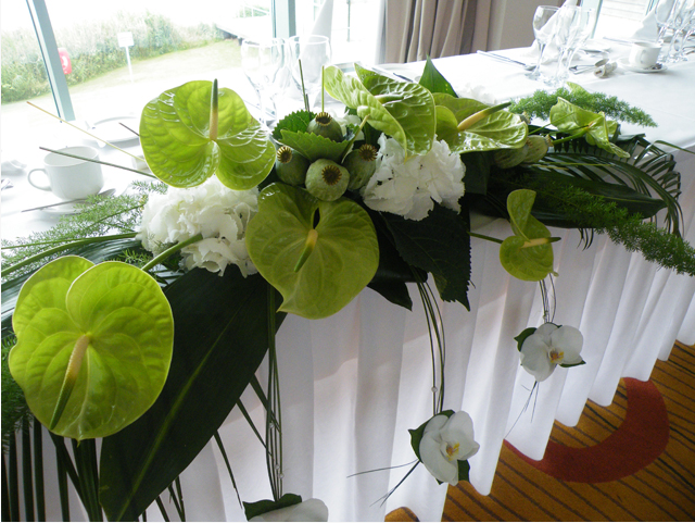 Contemporary top table arrangement