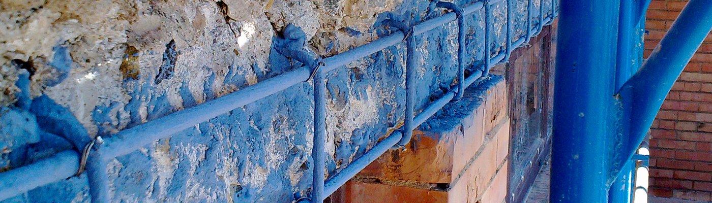 un muro e una struttura di ferro verniciata di blu