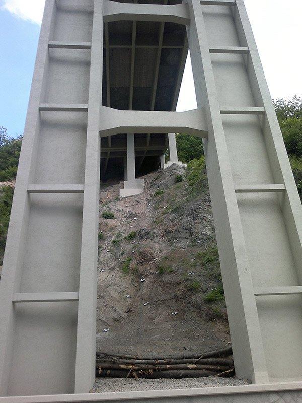 una struttura verticale  in ferro di un ponte