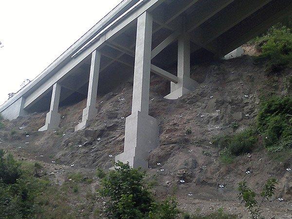 un ponte grigio