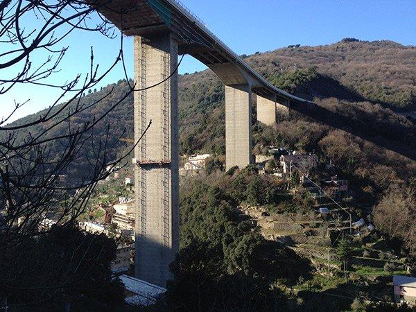 vista di un ponte grigio
