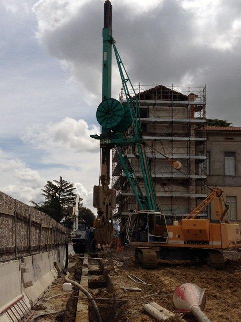 un cantiere con dei mezzi da lavoro e degli edifici in costruzione