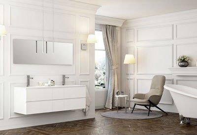 un bagno con un mobile bianco a muro sotto a uno specchio con due lavabi,una sedia imbottita beige e una vasca