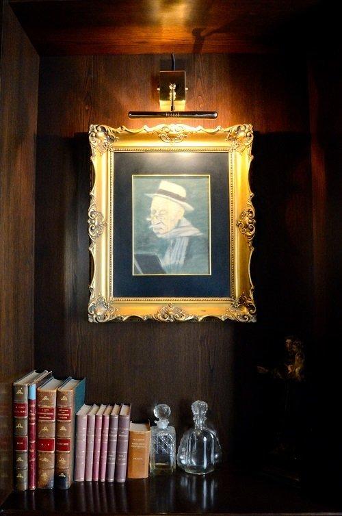 un dipinto raffigurante un signore con un cappello e dei baffi