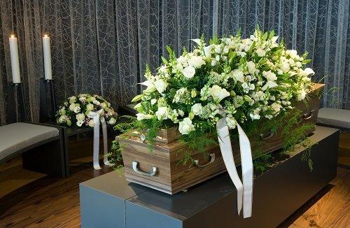 cassa funebre con corona di fiori