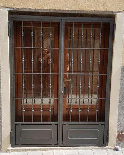 un'inferriata davanti a una porta finestra