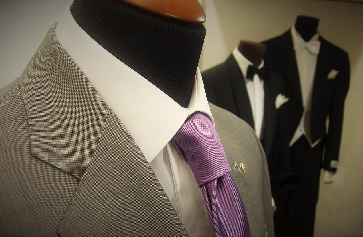 abito grigio con cravatta viola