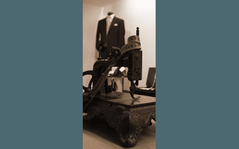 vecchia macchina da cucire con abito elegante