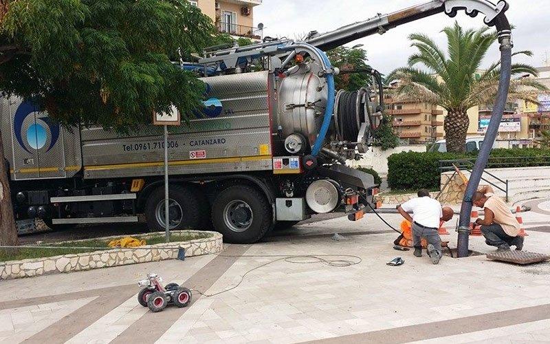 lavori su impianto acque reflue in un centro cittadino