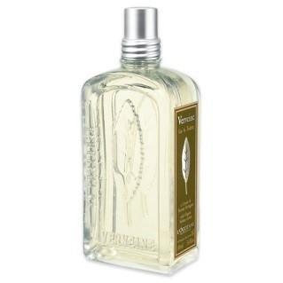 Eau De Toilette Verbena. Un best-seller. Le estroverse note della Verbena mediterranea si mescolano con una base di Rosa, Geranio e Limone. Elegantemente presentato in una bottiglietta di vetro con incisione di foglia di Verbena.