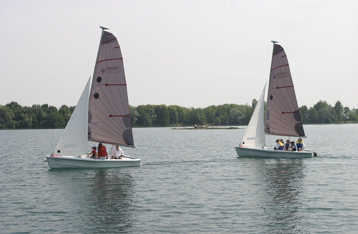 una barca a vela durante una virata