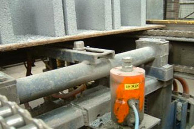 Piston Vibrators for loosening moulding concrete blocks
