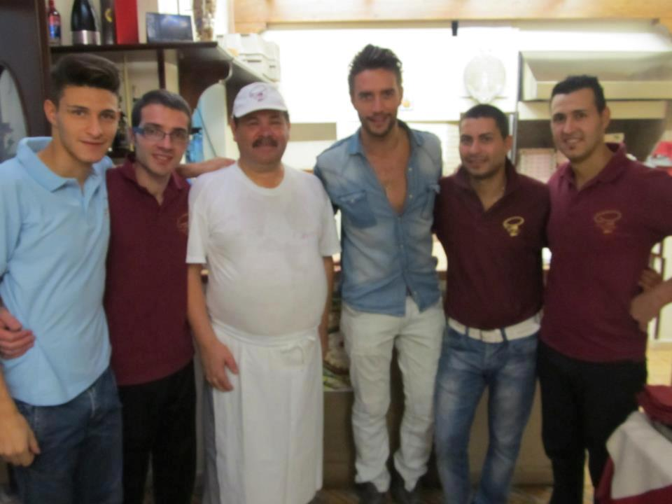 foto con sei persone in un ristorante