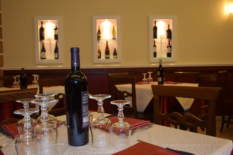 Bottiglia di vino su tavolo apparecchiato
