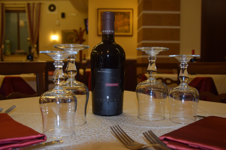 tavolo di un ristorante con bottiglia di vino