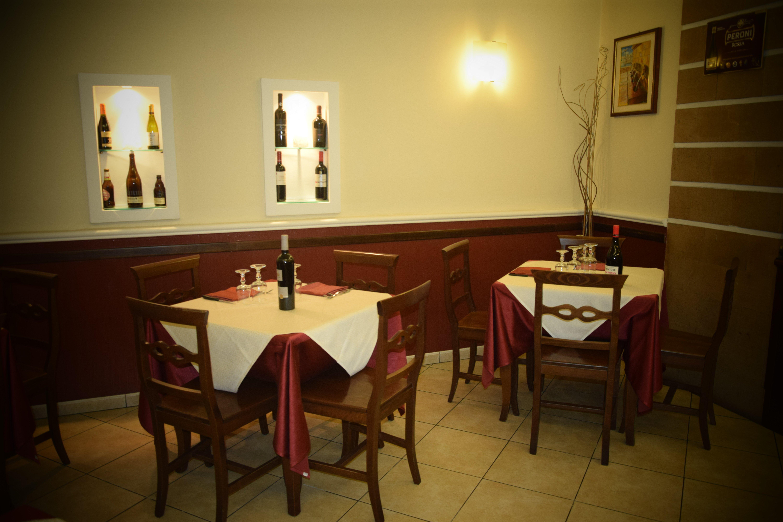 sala di ristorante con bottiglie di vino