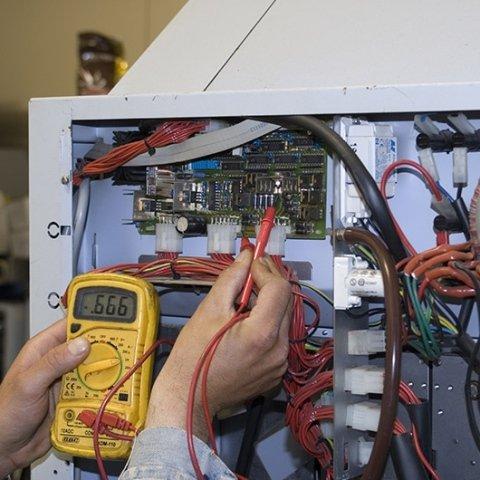 operaio mentre ripara distributori automatici