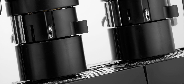 macchine caffè per ristorante su sfondo bianco a marchio ELETTA