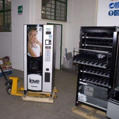 distributore automatico su carrello di trasporto