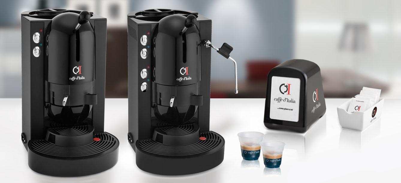 macchine caffè e due tazzine su bancone bianco