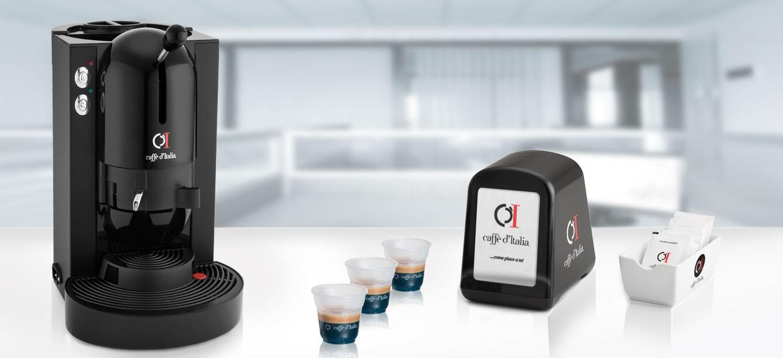 macchina caffè EVA con tazze su sfondo bianco