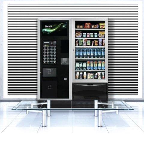distributore automatico di cibo e bevande sullo sfondo e tavolino in primo piano
