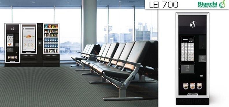 fila di sedie con distributori automatici LEI 700 BIANCHI  in un aeroporto