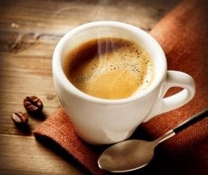 tazzina di caffè su bancone di legno